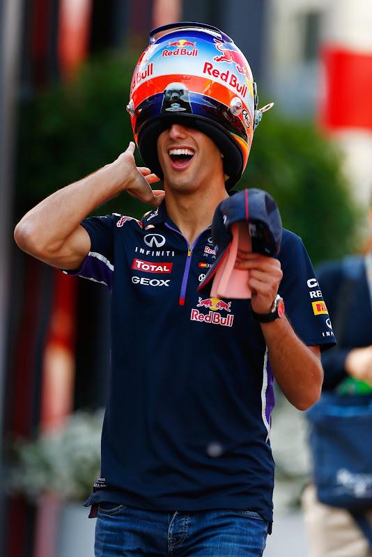 Даниэль Риккардо одел шлем задом наперед на Гран-при Испании 2014