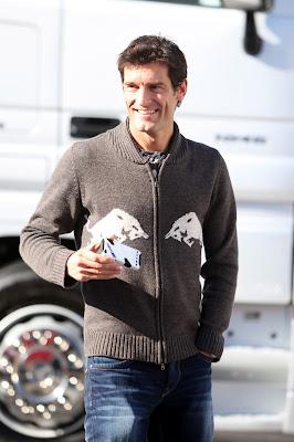 Марк Уэббер в свитере Red Bull держит телефон в Хересе 6 февраля 2012