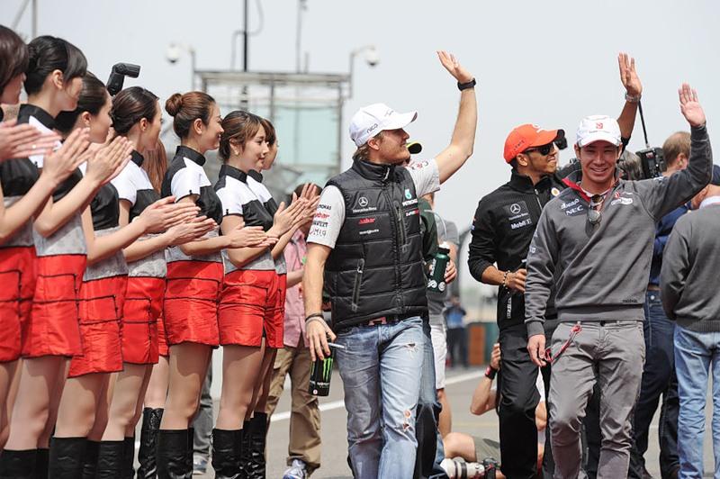 Нико Росберг Льюис Хэмилтон и Камуи Кобаяши приветствуют болельщиков на парад пилотов Шанхая на Гран-при Китая 2011