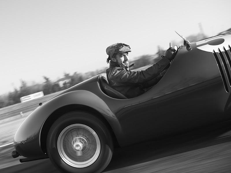 Фернандо Алонсо пилотирует Ferrari 125 S - черно-белое фото