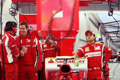 Роб Смедли с другими механиками - Фелипе Масса рядом с болидом Ferrari на Гран-при Кореи 2011