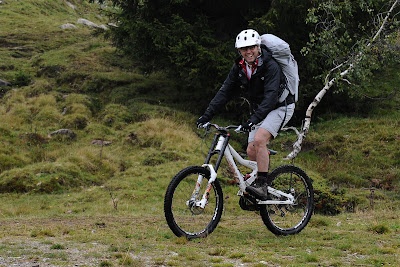 Стефано Доменикали катается на горном велосипеде на летнем Wrooom 2011