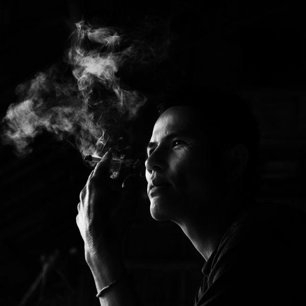 ảnh người đàn ông suy tư hút thuốc