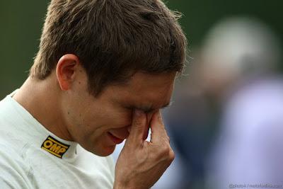 Виталий Петров протирает глаза на Гран-при Бельгии 2011