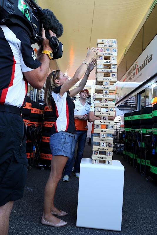 Натали Пинкхэм играет в Дженгу для сюжета Sky Sports F1 на Гран-при Венгрии 2013