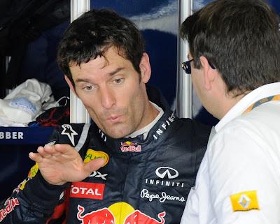 Марк Уэббер показывает что-то механику Renault на Гран-при Японии 2011
