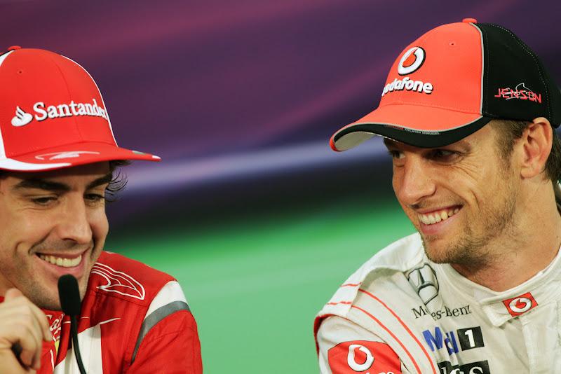 Фернандо Алонсо и Дженсон Баттон улыбаются на пресс-конференции после гонки на Гран-при Японии 2011