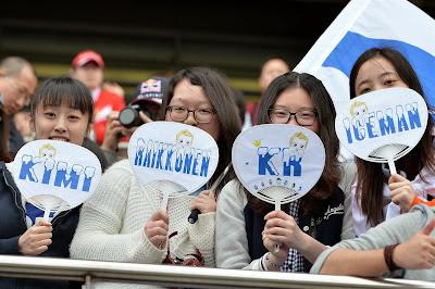 болельщицы Кими Райкконена с веерами на Гран-при Китая 2014