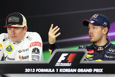 Кими Райкконен и жестикулирующий Себастьян Феттель на пресс-конференции Гран-при Кореи 2013
