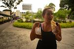 Singapurskie śniadanie: bułeczka z serem i kawa z torebki.