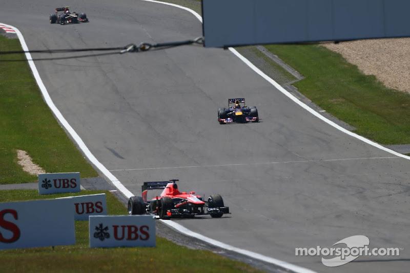 Marussia Жюля Бьянки катится задом поперек трассы Нюрбургринг на Гран-при Германии 2013
