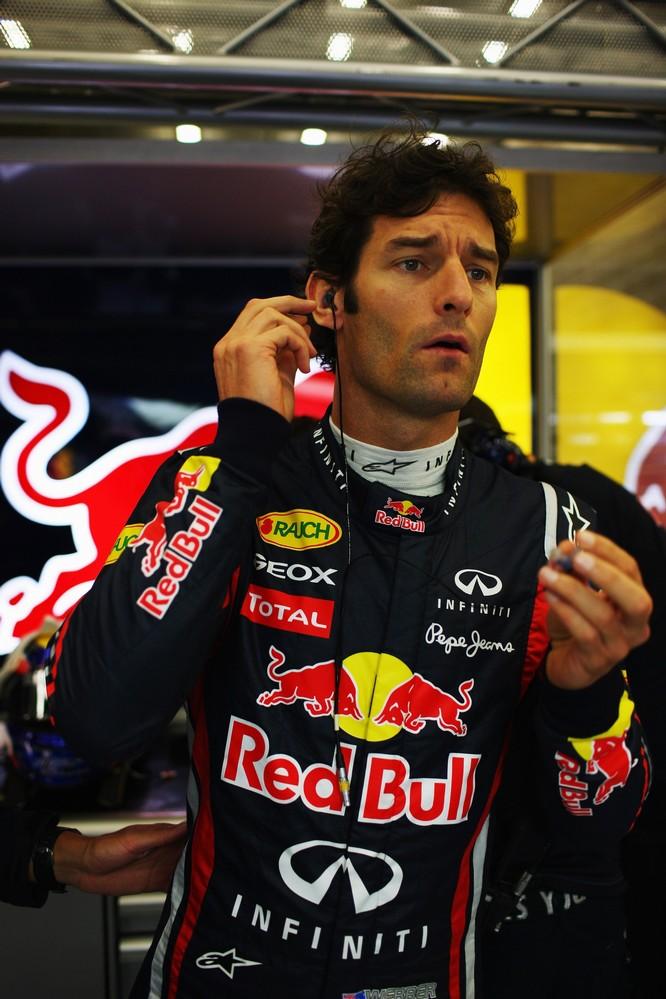 Марк Уэббер высматривает что-то в боксах команды на Гран-при Бельгии 2011