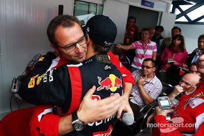 Стефано Доменикали обнимает Себастьяна Феттеля на Гран-при Бразилии 2012