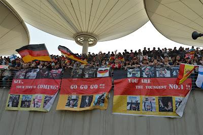 баннеры болельщиков Себастьяна Феттеля в поддержку пилота на Гран-при Китая 2013