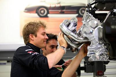 Нико Росберг на базе команды Mercedes GP изучает двигатель