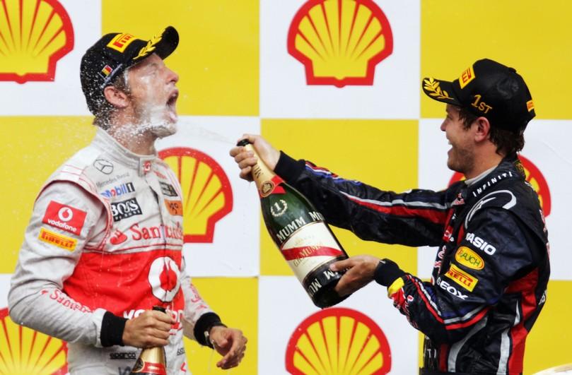 Себастьян Феттель обливает Дженсона Баттона шампанским на подиуме Гран-при Бельгии 2011
