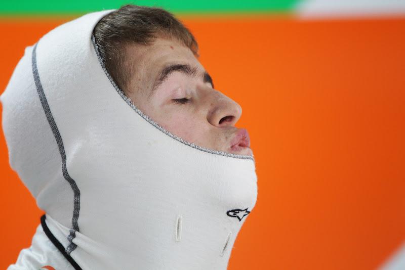 Пол ди Реста одевает подшлемник на Гран-при Индии 2011