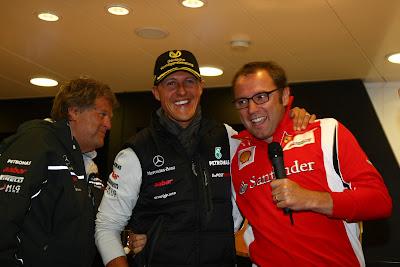 Михаэль Шумахер в окружении Норберта Хауга и Стефано Доменикали на вечеринке на Гран-при Бельгии 2011