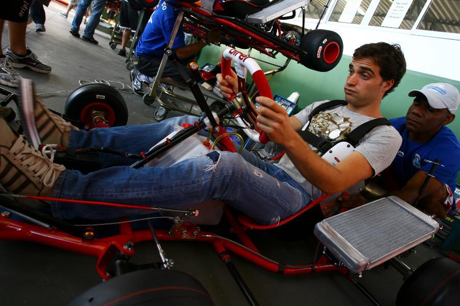 Жером Д'Амброзио с забавным лицом за рулем карта во Флорианополисе 2011