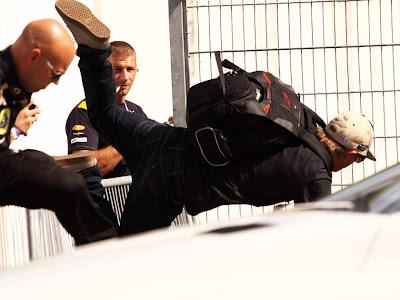 Кими Райкконен падает с забора на Гран-при Германии 2012