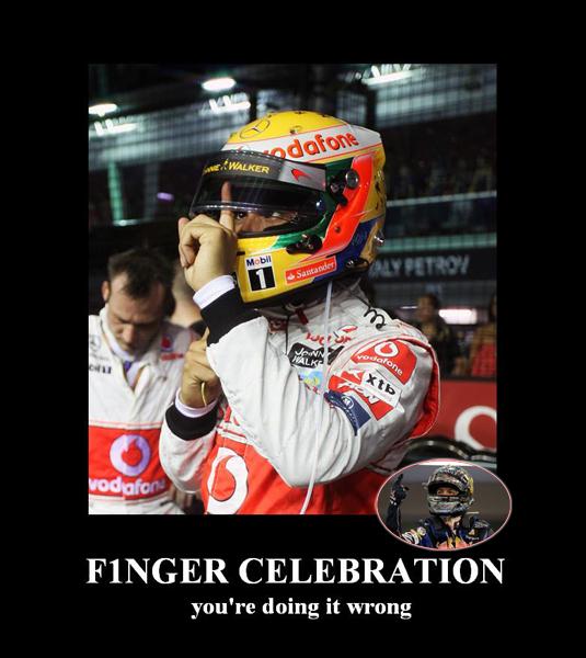 демотиватор Льюис Хэмилтон и палец Себастьяна Феттеля на Гран-при Сингапура 2011