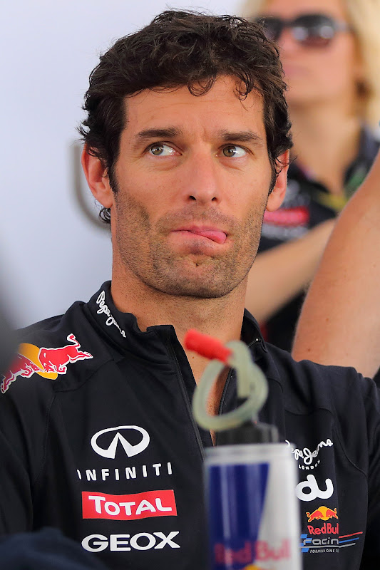 Марк Уэббер облизывается перед банкой Red Bull на Гран-при Абу-Даби 2012