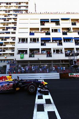 Себастьян Феттель на Red Bull пересекает финишную черту Гран-при Монако 2011 с поднятым пальцем