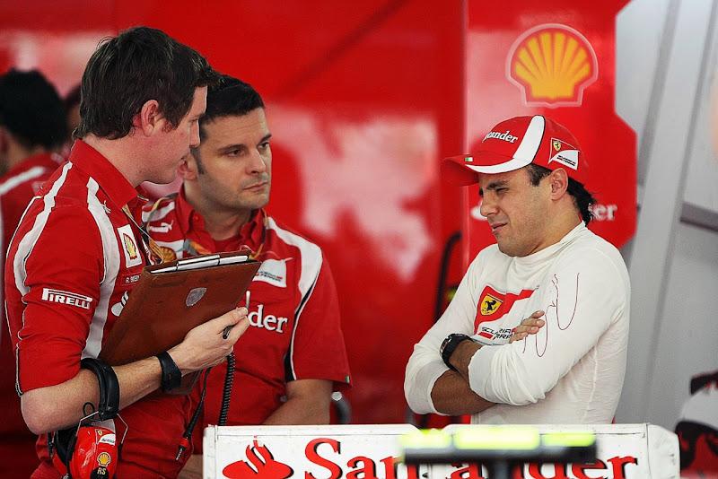 Фелипе Масса кривляется перед Робом Смедли на Гран-при Индии 2011