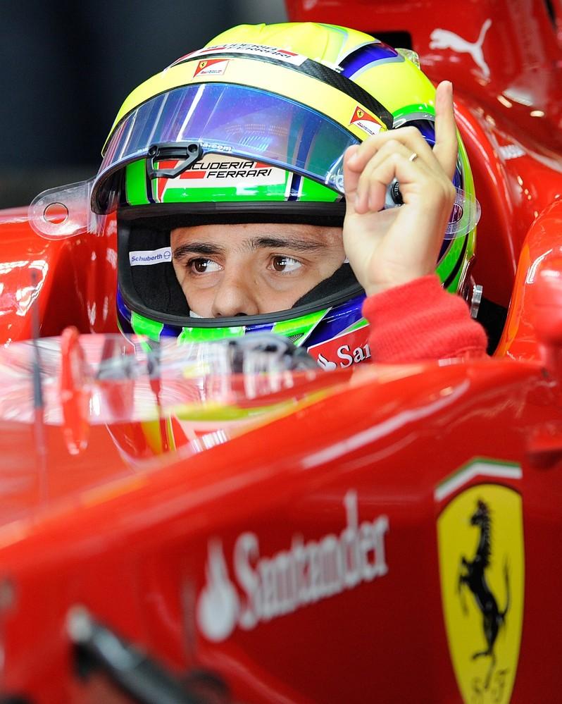 Фелипе Масса в кокпите Ferrari показывает палец во время третей сессии свободных заездов Гран-при Японии 2011