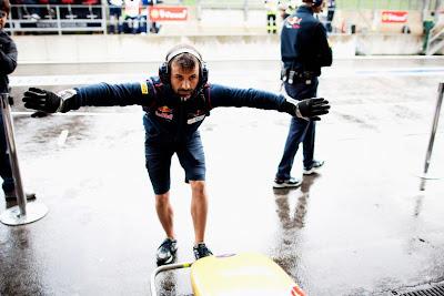 механик Toro Rosso с расправленными руками перед болидом на Гран-при Венгрии 2011