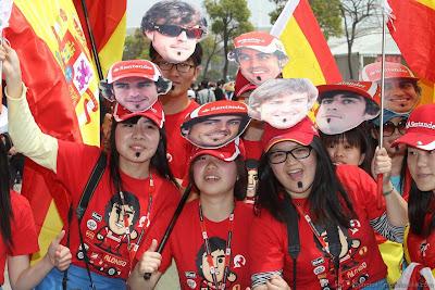 болельщики Фернандо Алонсо в масках на Гран-при Китая 2012