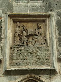 tablika erekcyjna przedstawiająca Kazimierza Wielkiego ofiarującego kolegiatę wiślicką Najświętszej Marii Pannie. Z tyłu podrzymujący króla biskup krakowski Bodzanty