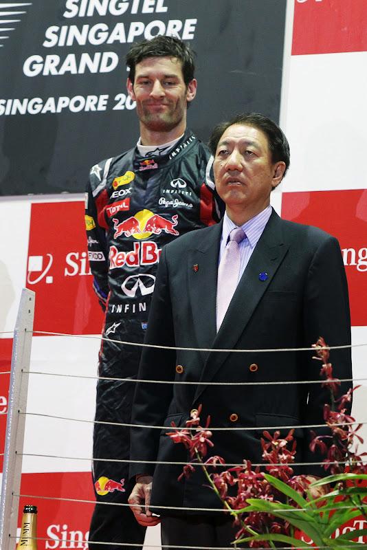 Марк Уэббер поглядывает на предствителя Сингапура на подиуме Гран-при Сингапура 2011