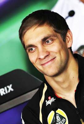 улыбающийся Виталий Петров на пресс-конференции в четверг на Гран-при Абу-Даби 2011