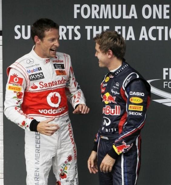 Дженсон Баттон и Себастьян Феттель разговаривают друг с другом после квалификации на Хунгароринге на Гран-при Венгрии 2011