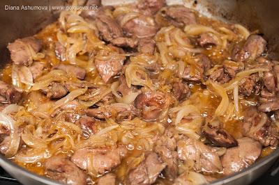 жареная куриная печень с луком