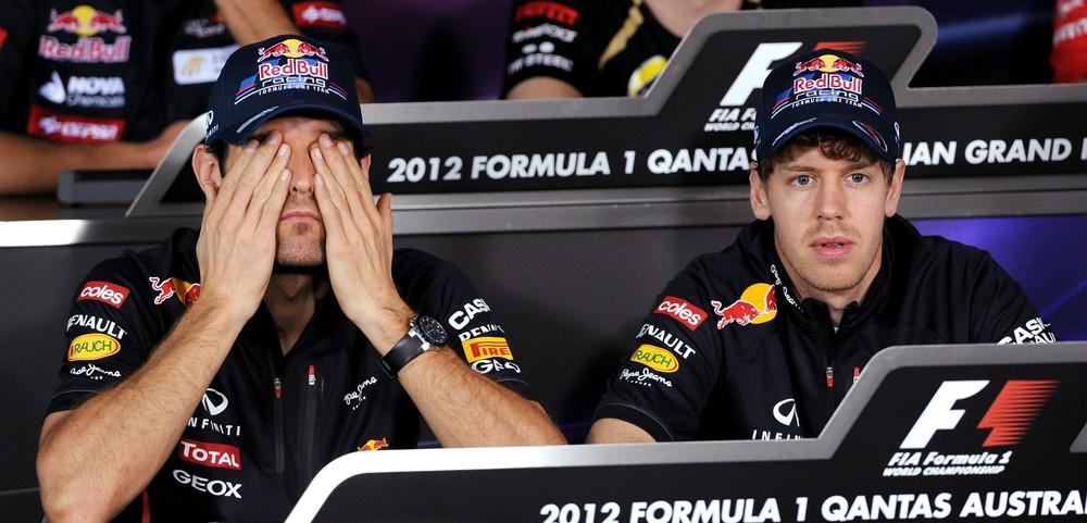 Марк Уэббер закрывает глаза справа от Себастьяна Феттеля на пресс-конференции в четверг на Гран-при Австралии 2012