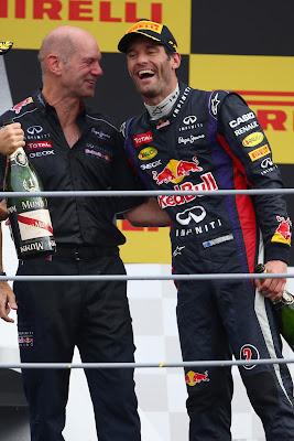 Эдриан Ньюи и Марк Уэббер обнимаются на подиуме Гран-при Италии 2013