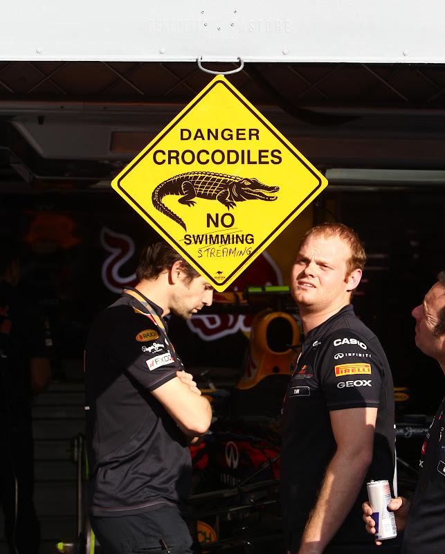 знак опасности крокодилов на гараже Red Bull в Монце на Гран-при Италии 2011