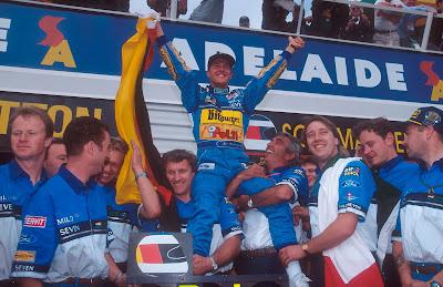 Михаэль Шумахер вместе с механиками Benetton празднует титул в личном зачете на Гран-при Австралии 1994