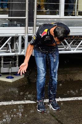 Даниэль Риккардо обливается ледяной водой - Ice Bucket Challenge на Гран-при Бельгии 2014