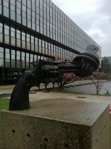 """Скульптура """"Нет войне"""" в Люксембурге"""
