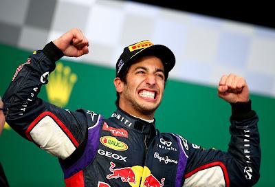 огромная улыбка Даниэля Риккардо на подиуме Гран-при Австралии 2014
