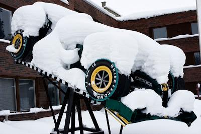 копия болида Хейкки Ковалайнена Lotus под снегом в Суомуссалми в Финляндии