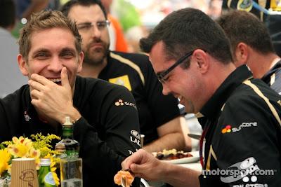 Виталий Петров подшучивает над Эриком Буйе за обедом на Гран-при Бразилии 2011