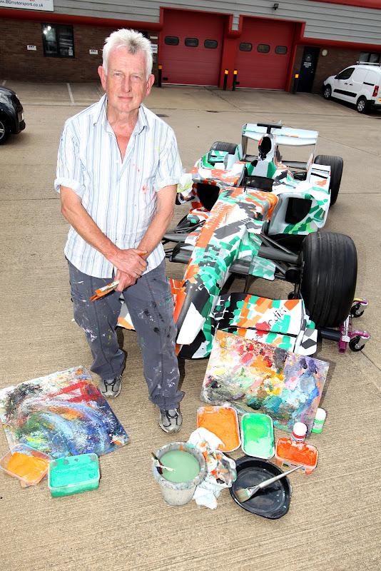 Декстер Браун и болид Force India в Сильверстоуне