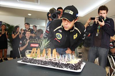 Бруно Сенна задувает свечи на торте на Гран-при Кореи 2011