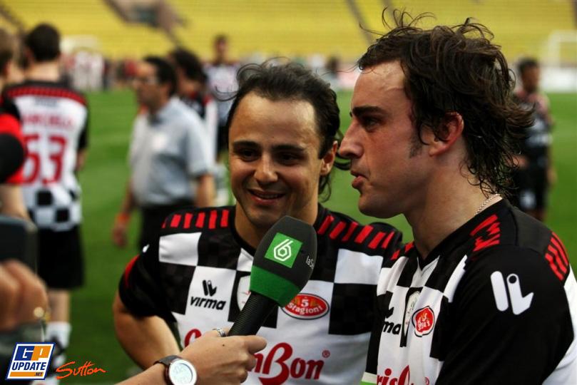 Фелипе Масса и Фернандо Алонсо дают интервью на благотворительном футбольном матче в Монте-Карло 2011