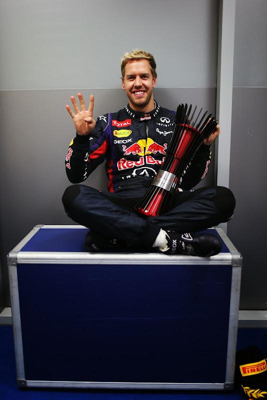 Себастьян Феттель показывает четыре на Гран-при Индии 2013