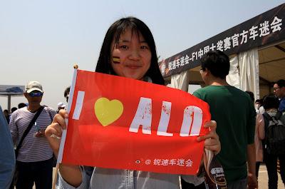 болельщица Фернандо Алонсо с флажком на Гран-при Китая 2013